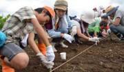 6月20日[種をまく]大豆畑から②>土にふれて1時間。そして宿題も!