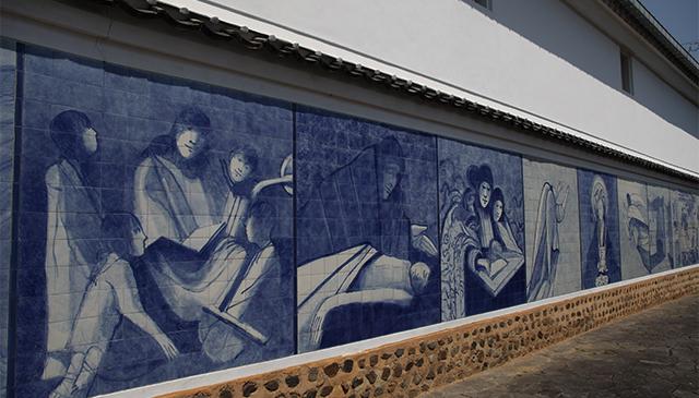 造り酒屋一の井手久家本店の酒蔵の装飾タイル壁画。ポルトガルと臼杵の交流を表しています。