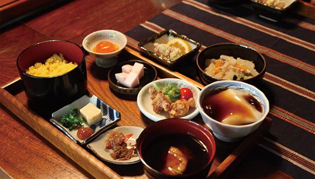 小手川商店では、きらすまめしや黄飯(オウハン)などの郷土料理が味わえます。