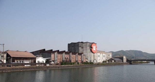 臼杵川の中洲にあるフンドーキン醬油株式会社の本社とみそ工場