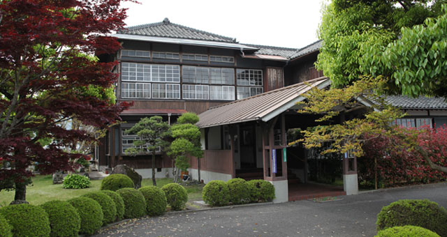 臼杵の造船会社の社長住居と学校の講堂を移築した本社社屋。古いものを残して活かす姿勢が感じられます。