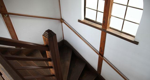 本社2階に上がる階段や窓枠も当時の様式のまま。2階は会議室として使われています。社長曰く「冷房はありませんが、風が通るのでそんなに苦痛ではないのですよ」。