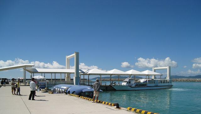 竹富島の東港。石垣島から船で10〜15分なので、買物は便利と言える。