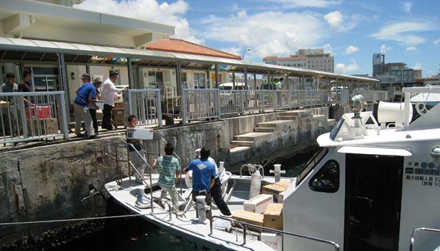 石垣島ターミナル。小口の荷積みは人力でエイヤッ!離島ではチームワークが肝心です。