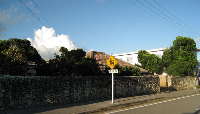 小浜島の民家。道路標識まで、情緒あふれる雰囲気に見えてくる。