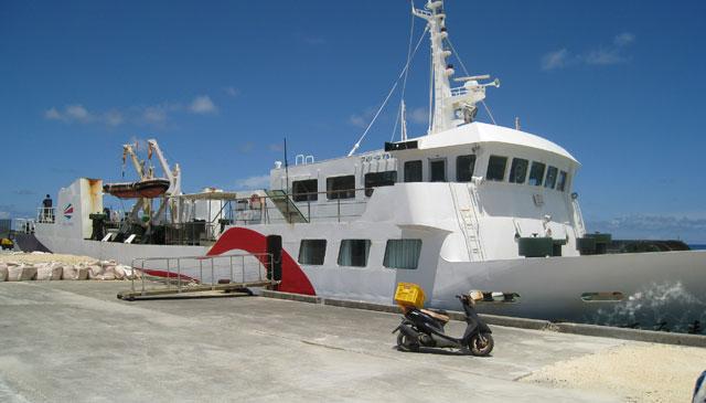 日本最南端の波照間島へ、商品が運ばれてくるフェリー。我々が乗船した船はまた別。