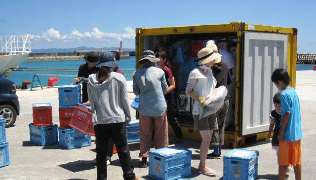 波照間島へコープのコンテナがやってきた。組合員さんは若い方も多いんですよ。